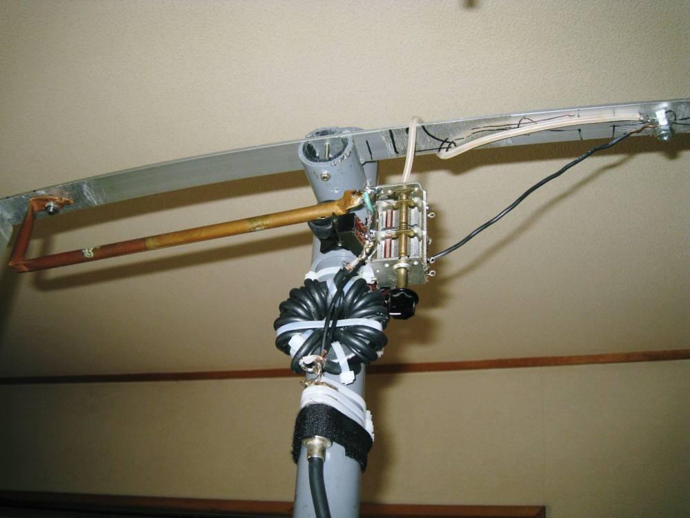 周長400cm(内L260cm)MLAスモール・ループ磁界型ANTの給電部に1:1自作50オームバランを取り付後、給電部にVCおよびSW取り付けSWR値低下。