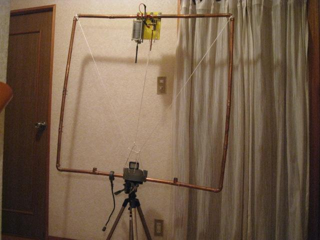 バラン用コアにエナメル線4回巻き給電/Φ22mm銅管をコアに貫通/全周長4mでLOOPの1辺1m長:MAG-LOOP 2F ROOMで運用三脚台に乗せたもの