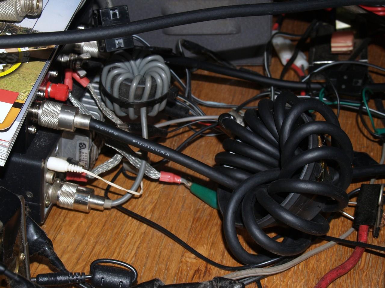 コモン対策等:TV偏向コアに同軸を正巻きと逆巻きにしたもの等を接続:リグ保護とコモン対策で効果がありました。