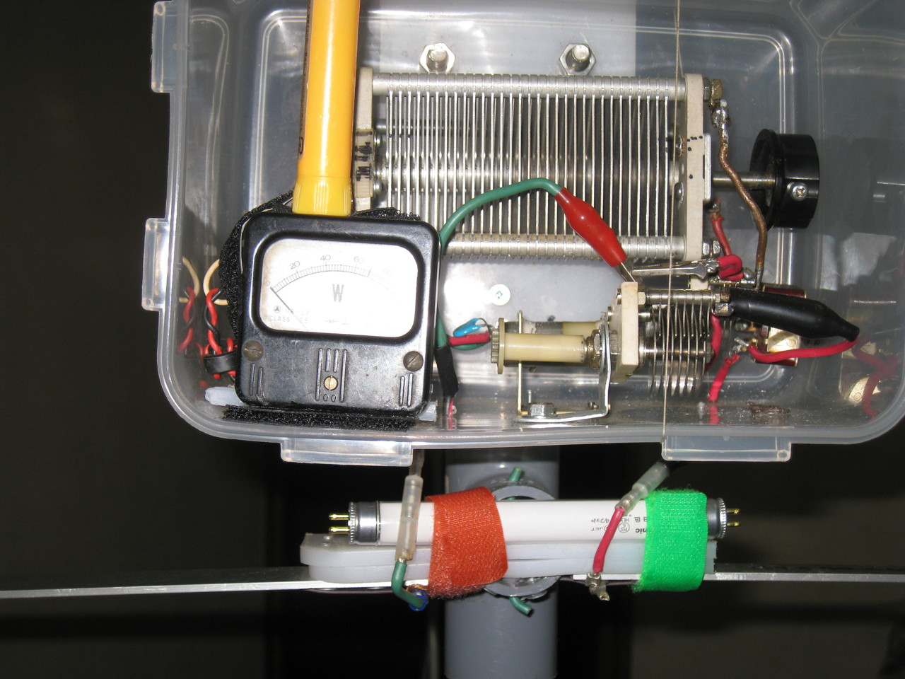 「400cm(内側L260cm)磁界型スモール・ループMLAアンテナ」同調部側に「監視・危害防止」用に100V4W蛍光管取り付けた状況拡大写真
