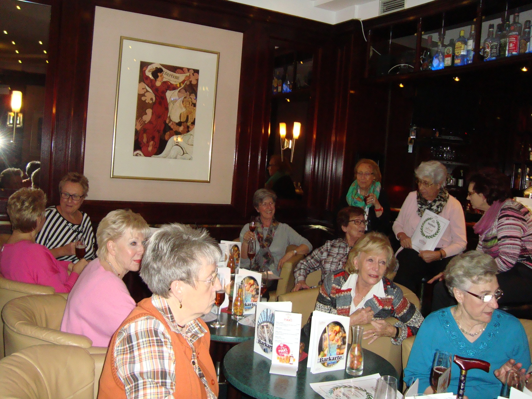 In der Bar bei einem Glas Kir Royal