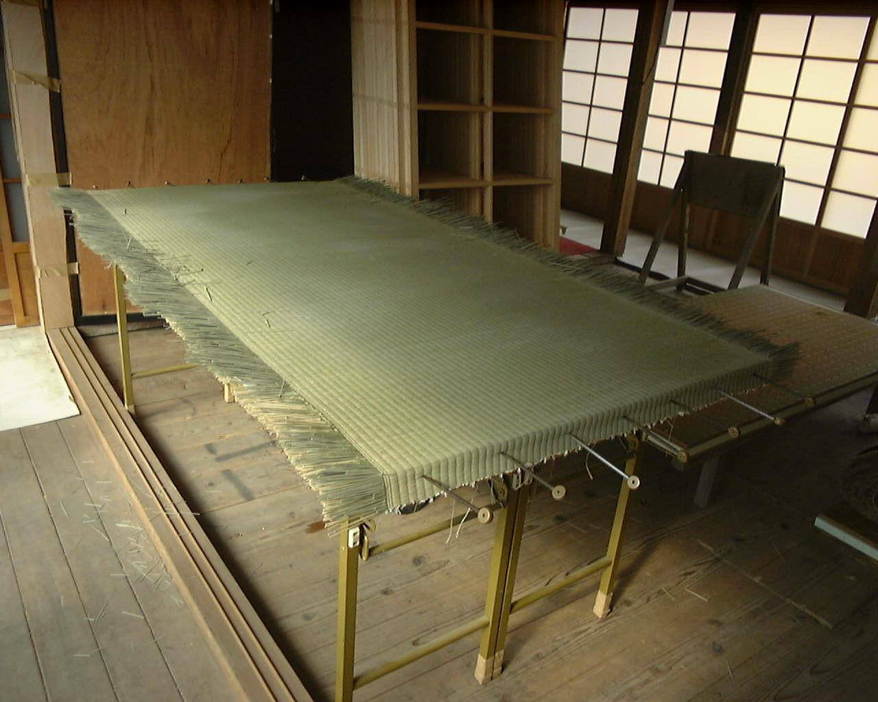 御厚畳の裏に使う畳表を、事前に張り置きします。