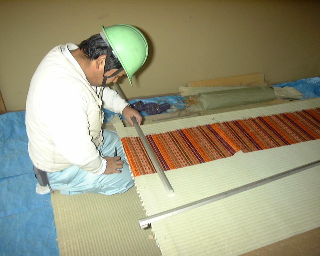 京都御所に使われている『繧繝縁』を縫い付けます。