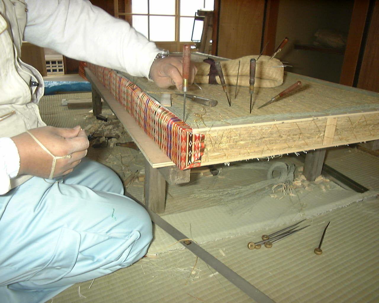 繧繝縁を捲り上げ縫い付けます。