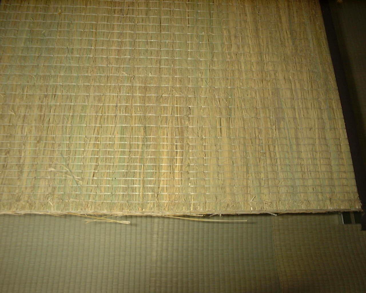 藁小屋で一年間、自然乾燥した稲藁を使います。