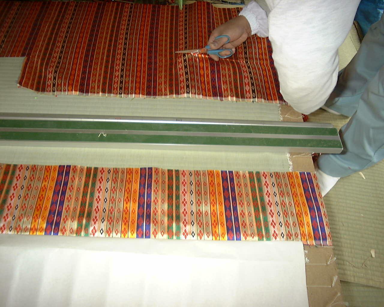 京都御所で使われている繧繝縁は、正絹で織られています。
