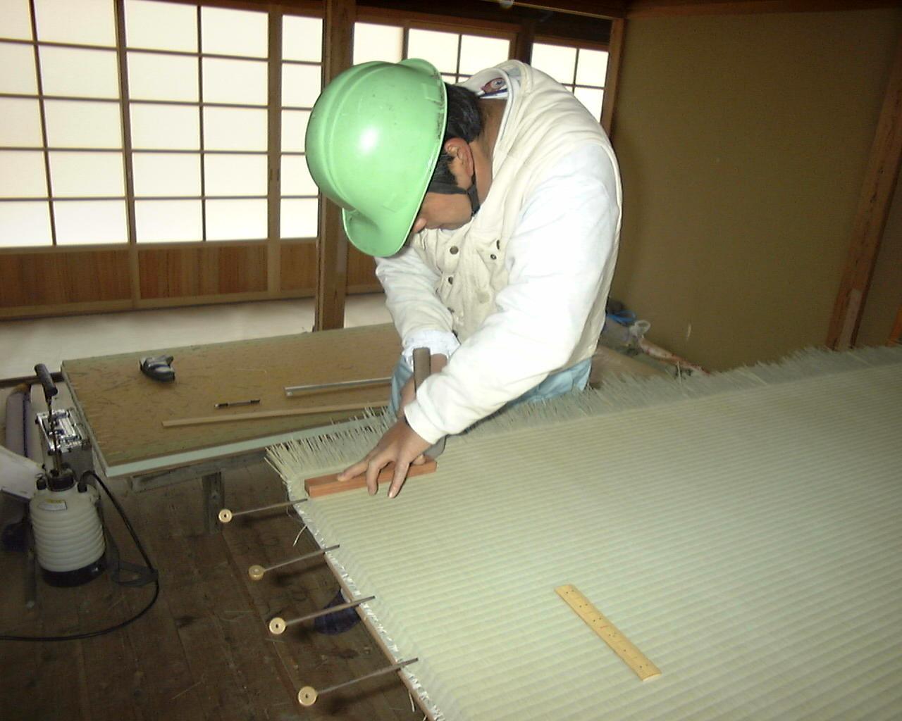 裏に使う畳表の巾寸法を落とします。
