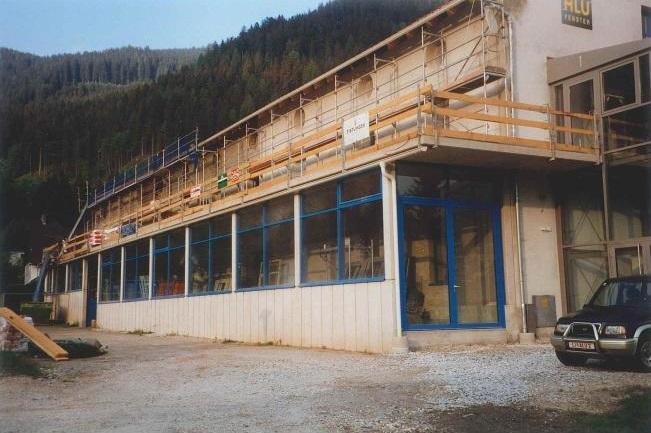 Hallenerweiterung in Form eines Zubaus (Frühjahr 2001)