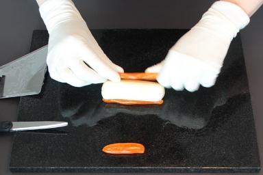 Bonbons selber machen: Farbige Teile zusammensetzen