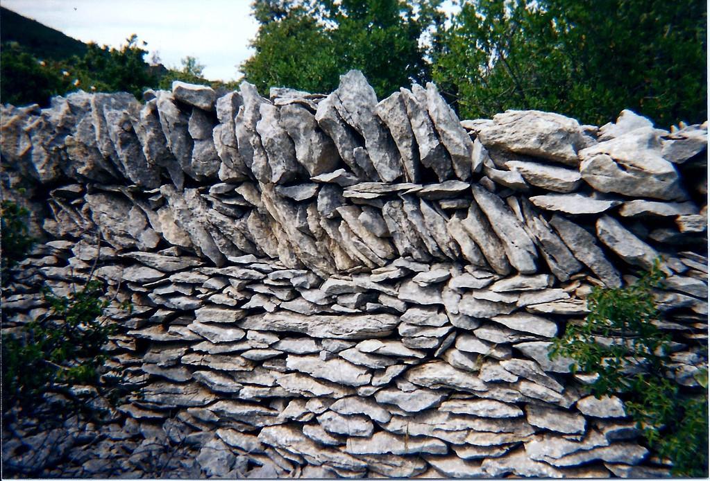 La cadenière:ce mur a 2 mètres de large et 2 metres de haut. Il existe des capitelles dans sa largeur