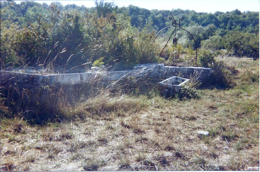Puits,Abreuvoir et Lavoir communal dans plaine de La Leque