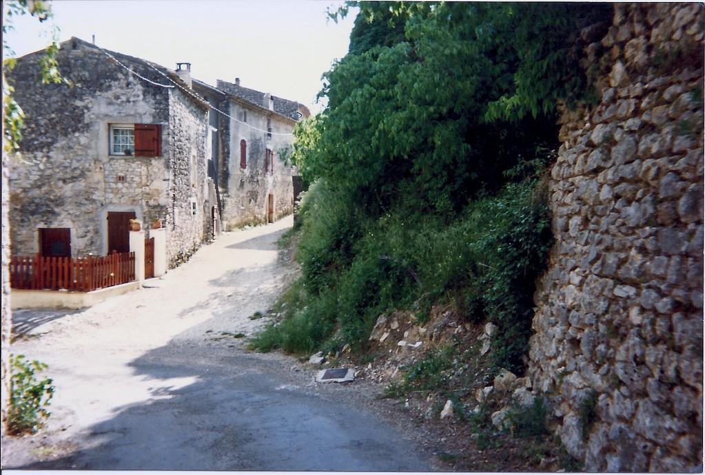 Rue-impasse- à droite mur soutenant l'immeuble Four à Pain