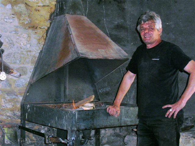 Raymond , Fier de cette Forge recherchée au pied du Mont Ventoux.