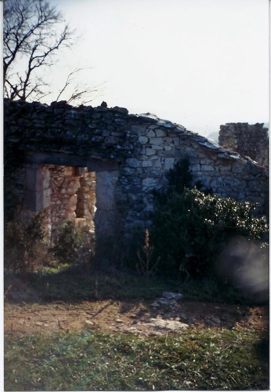Maison Genolhac:le chemin public est à ras de la maison au Nord