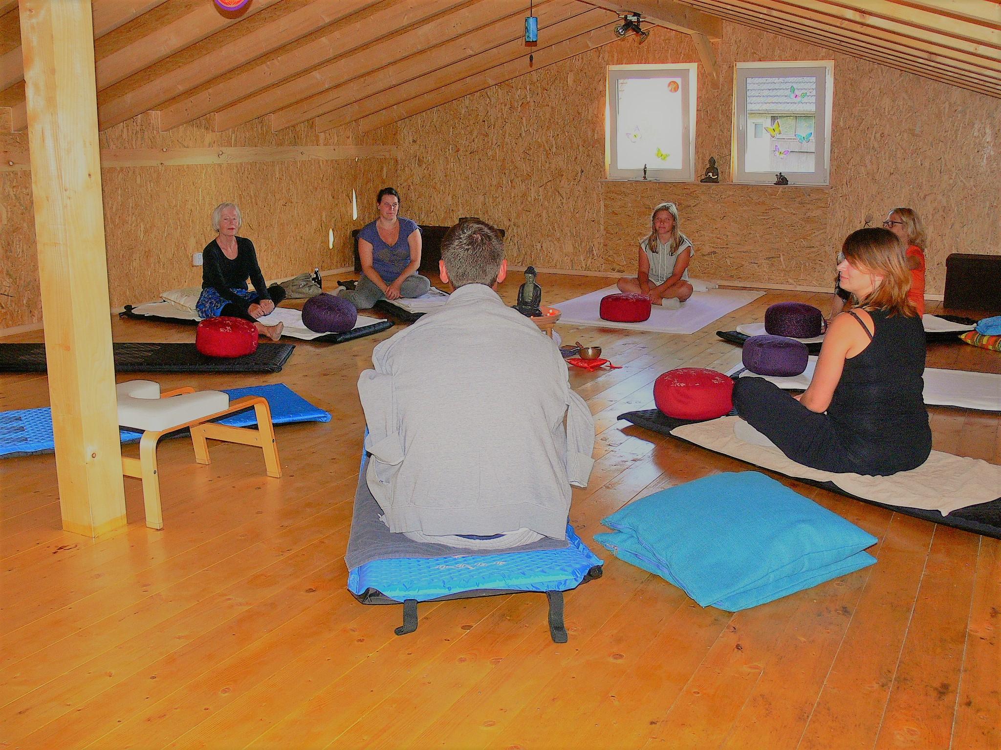 Wir machen es uns gemütlich im Meditationsraum