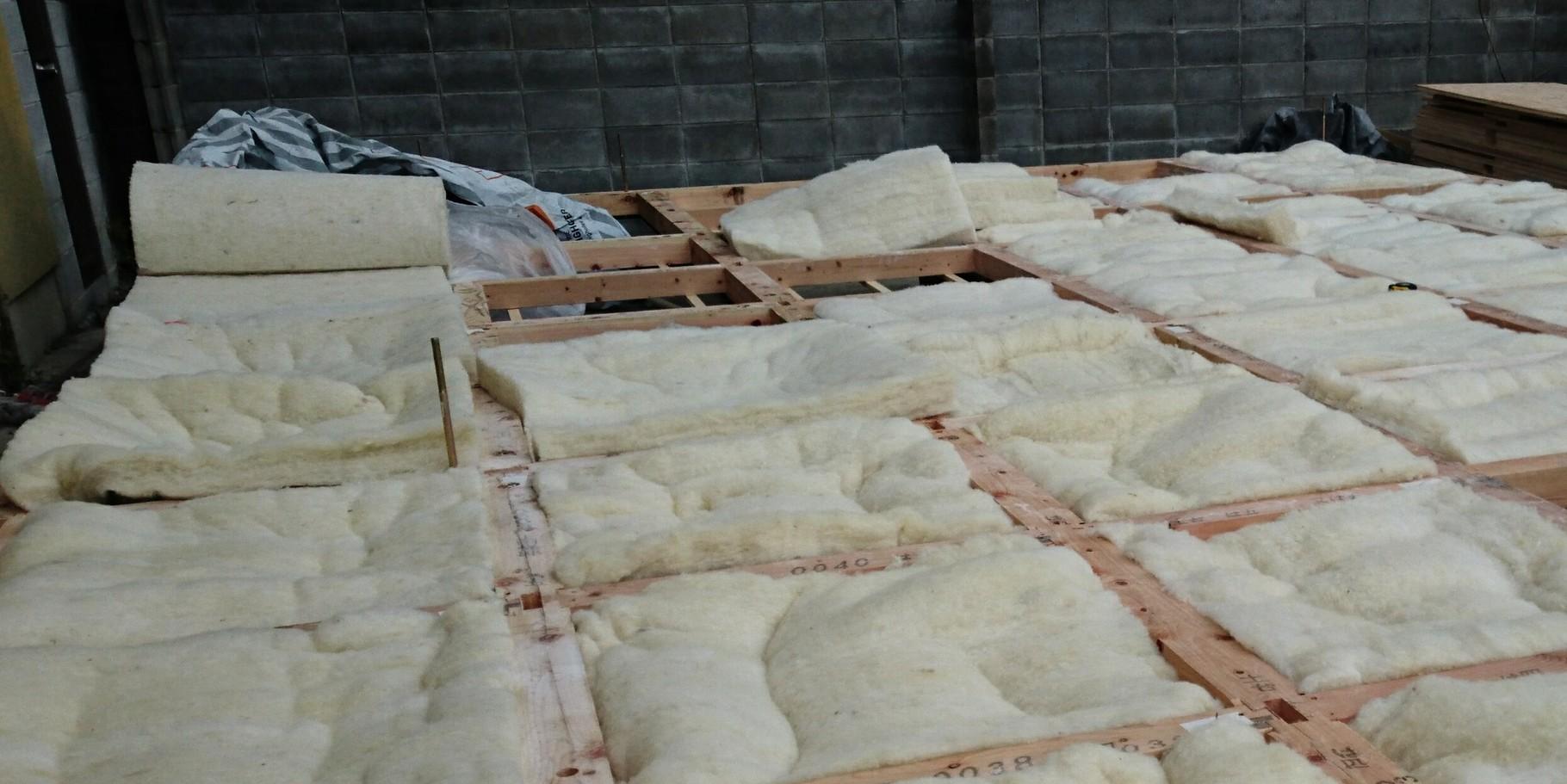 羊毛断熱材施行中