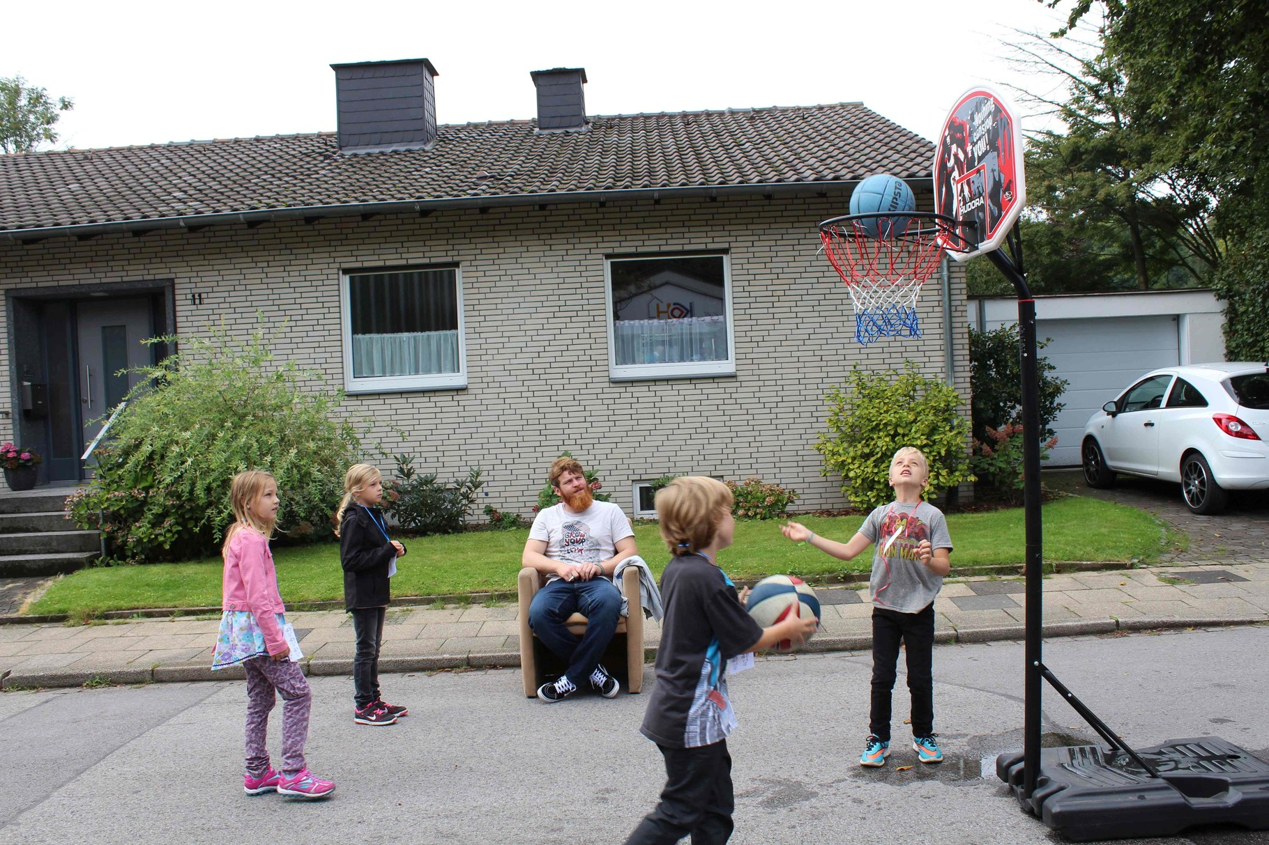 Lukas passt beim Basketball auf - gaaaanz bequem ;-)