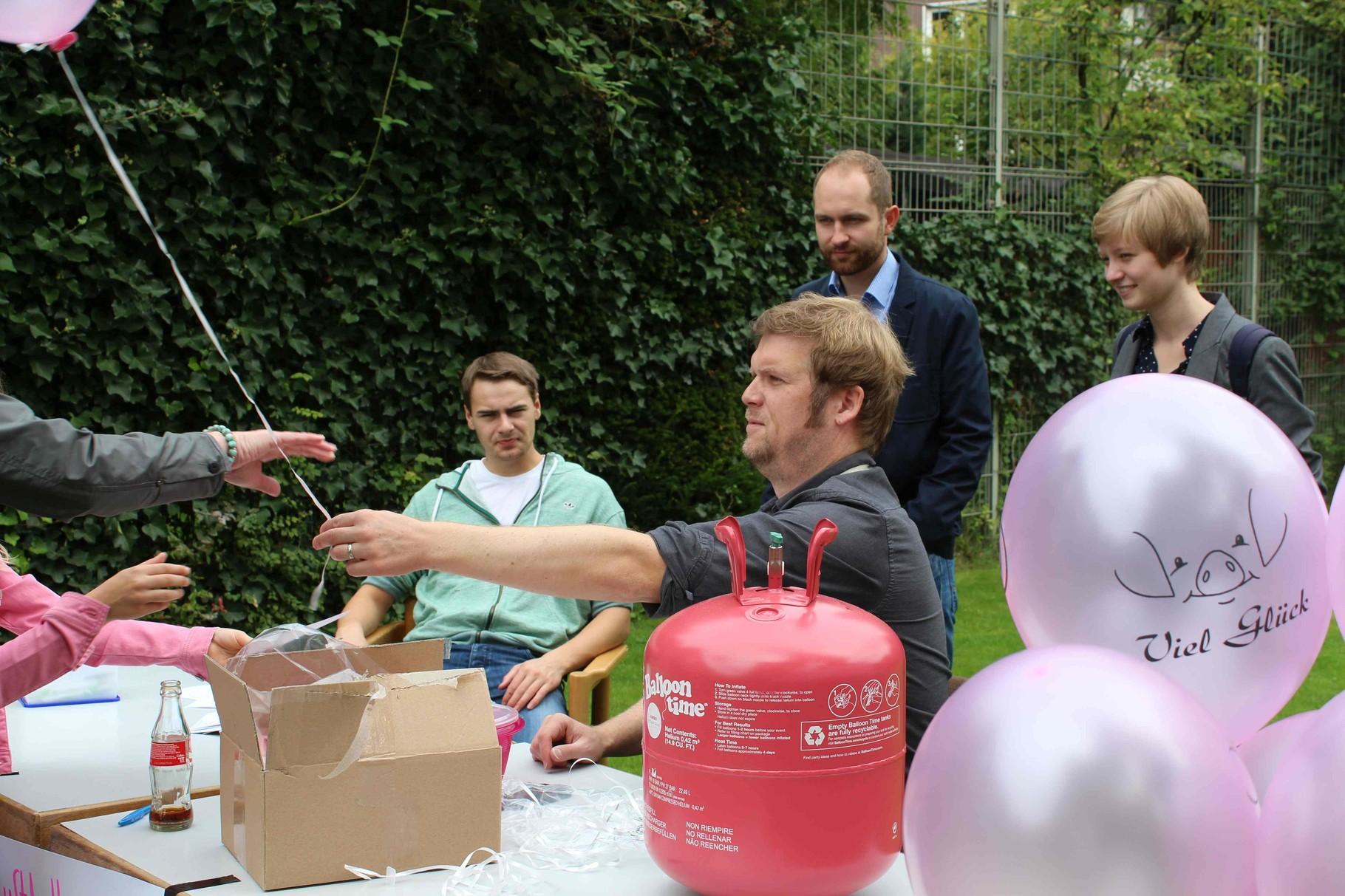 Christoph verteilt Ballons