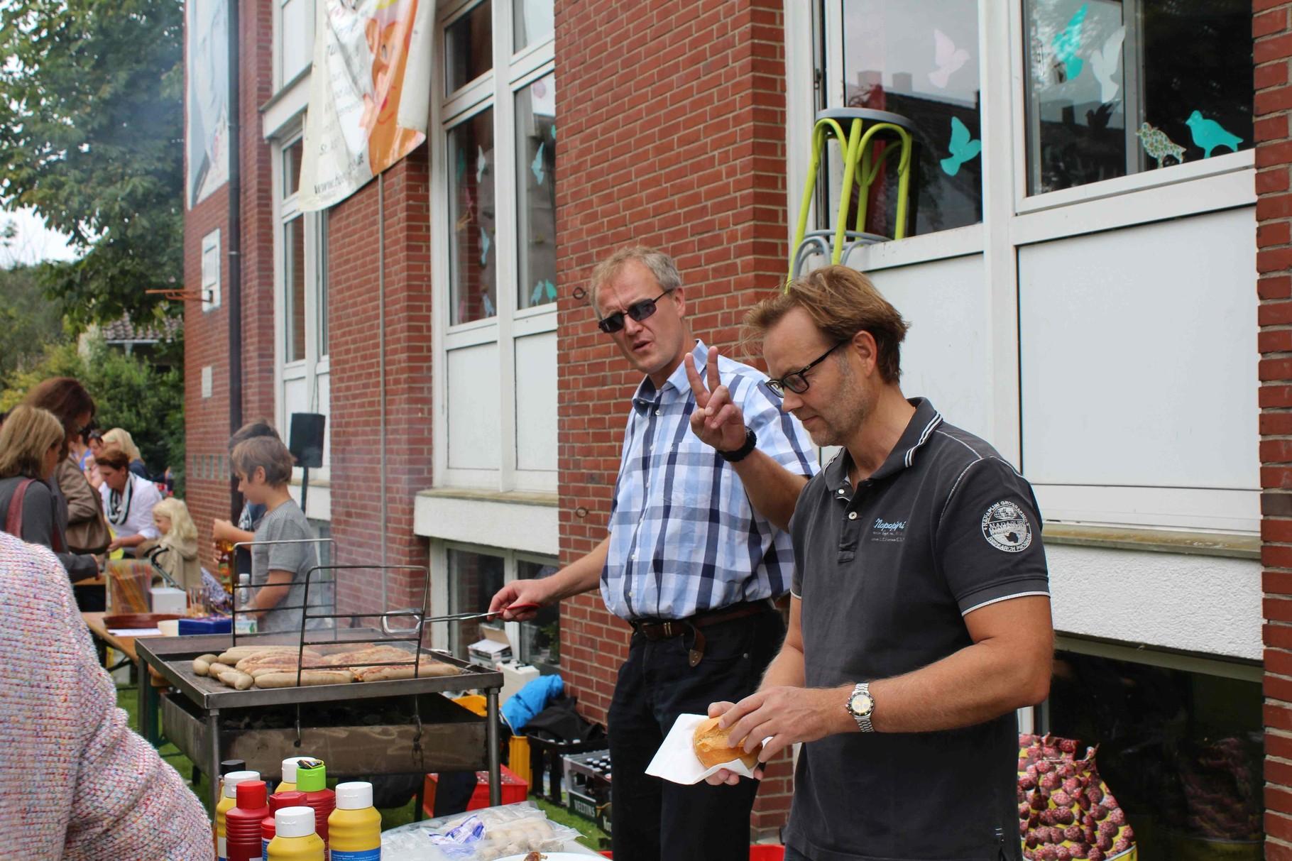 Hubertus und Wolfgang haben am Grill alles im Griff