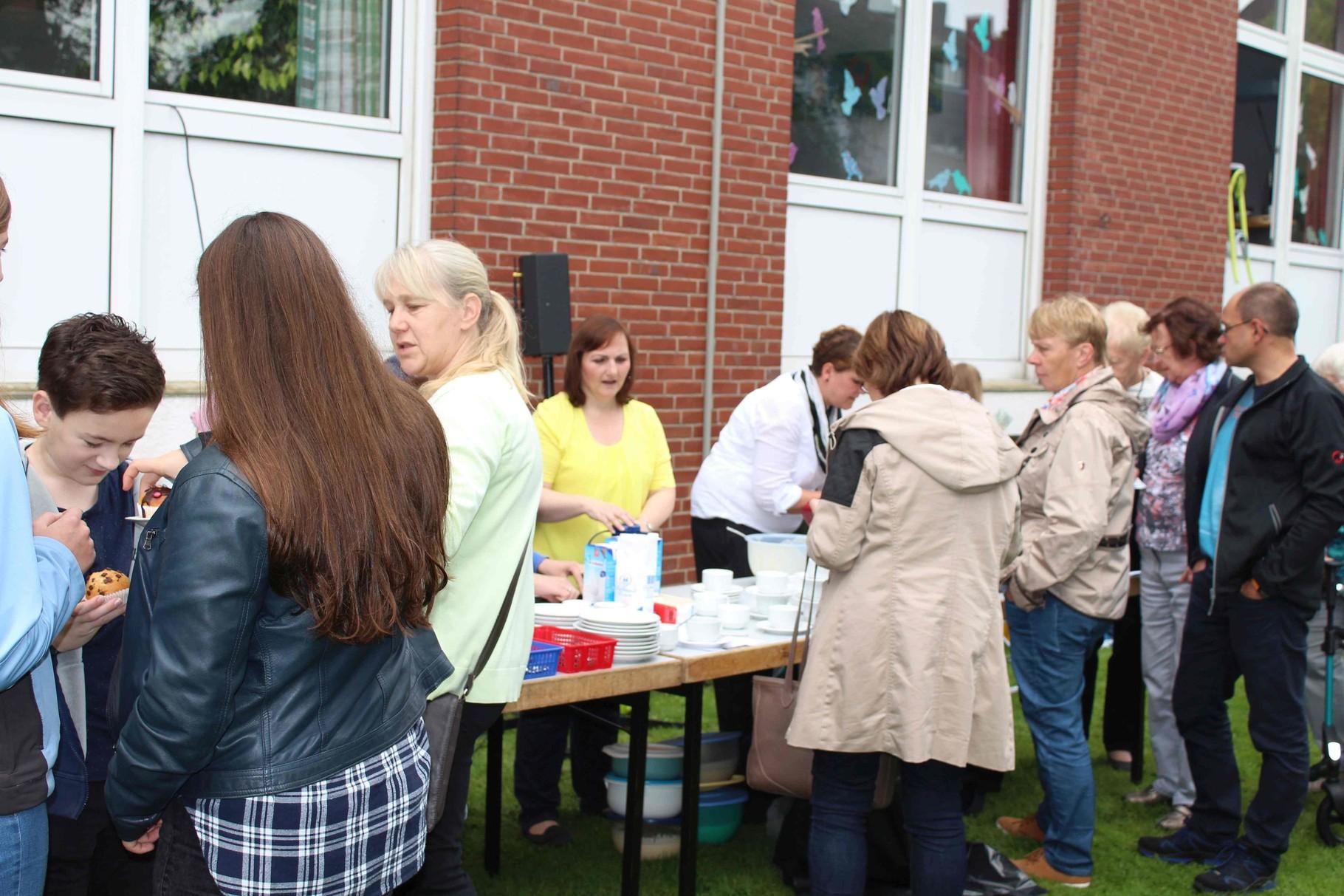 Die Elterngruppe vom Haempenkamp Kindergarten backt Waffeln und verkauft Kuchen - gespendet von Eltern des Antonius Kindergartens!