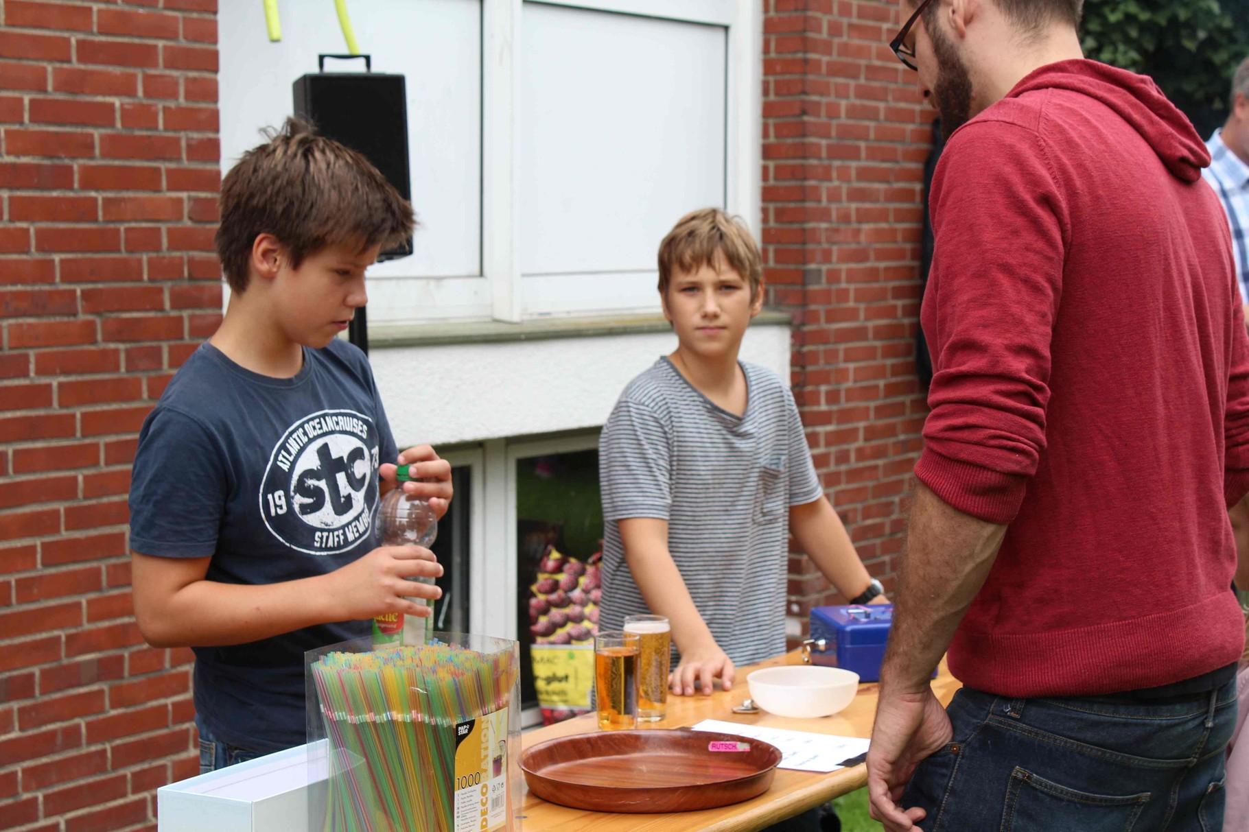 Dustin und Leon kümmern sich um den Durst der Besucher