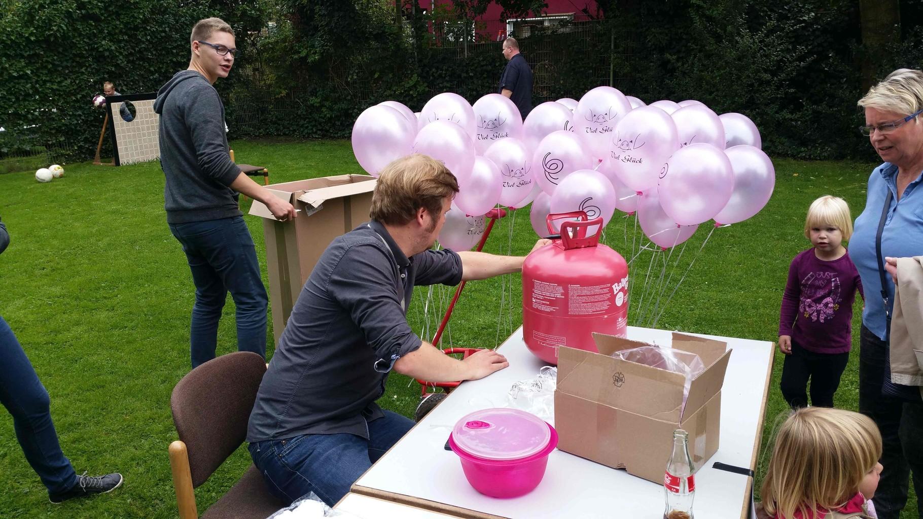 Die Hauptamtlichen um Christoph Kleine haben den Luftballon Wettbewerb im Griff