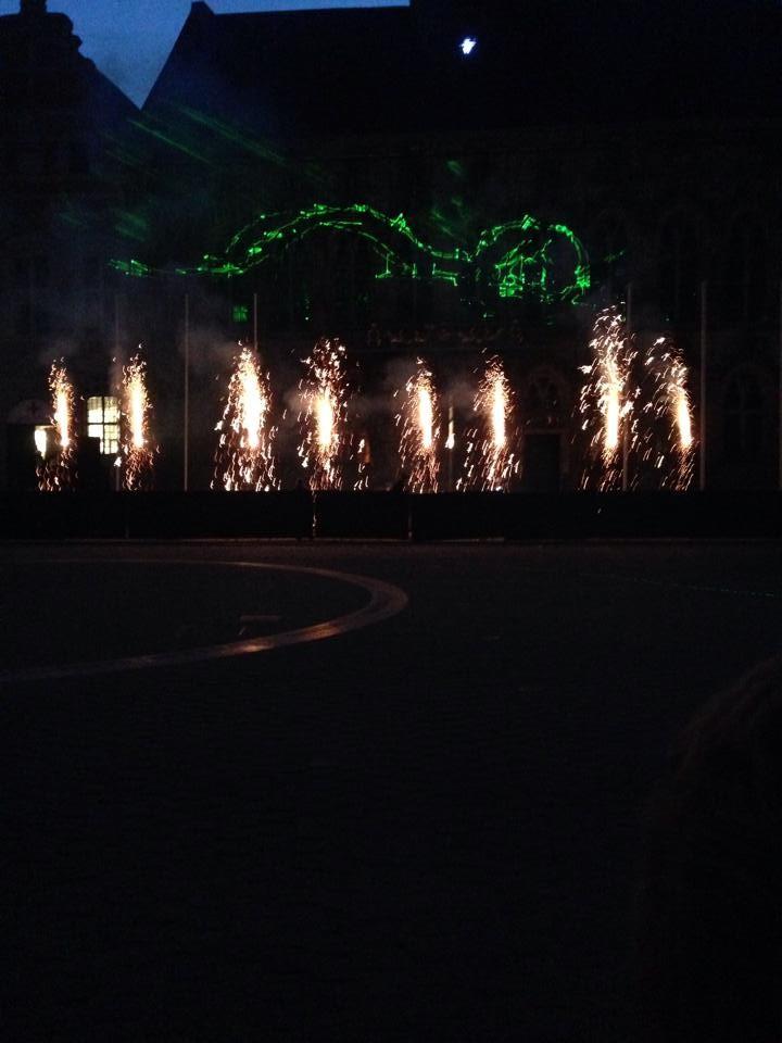 花火とドラゴンをかたどった光のショー