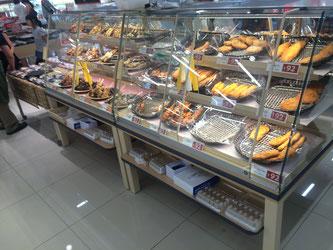 壁際から通路中央に移動し売れ筋が強調された惣菜コーナー(西友平岸店)