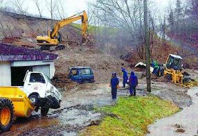 地震で崩れた土砂を撤去する作業員ら(2010年12月3日北海道新聞夕刊13面より)