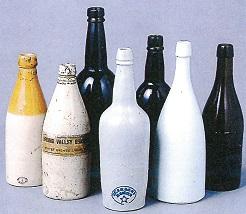 陶製ビールびん(前列)と輸入ビールびん(後列)(サッポロビール120年史より)
