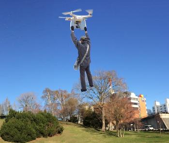 ドローンを使って平岸高台公園上空を飛行する配達スタッフ
