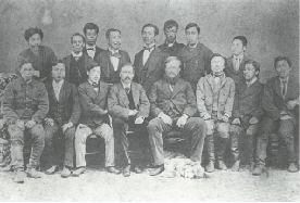 エドウィン・ダン(前列中央左)とルイス・ベーマー(前列中央右)