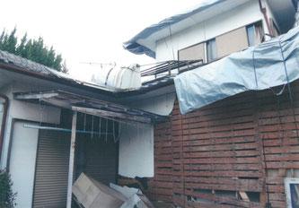 2016年4月16日の熊本地震本震で壁が倒壊した益城町の家屋(杉中正人さん提供)