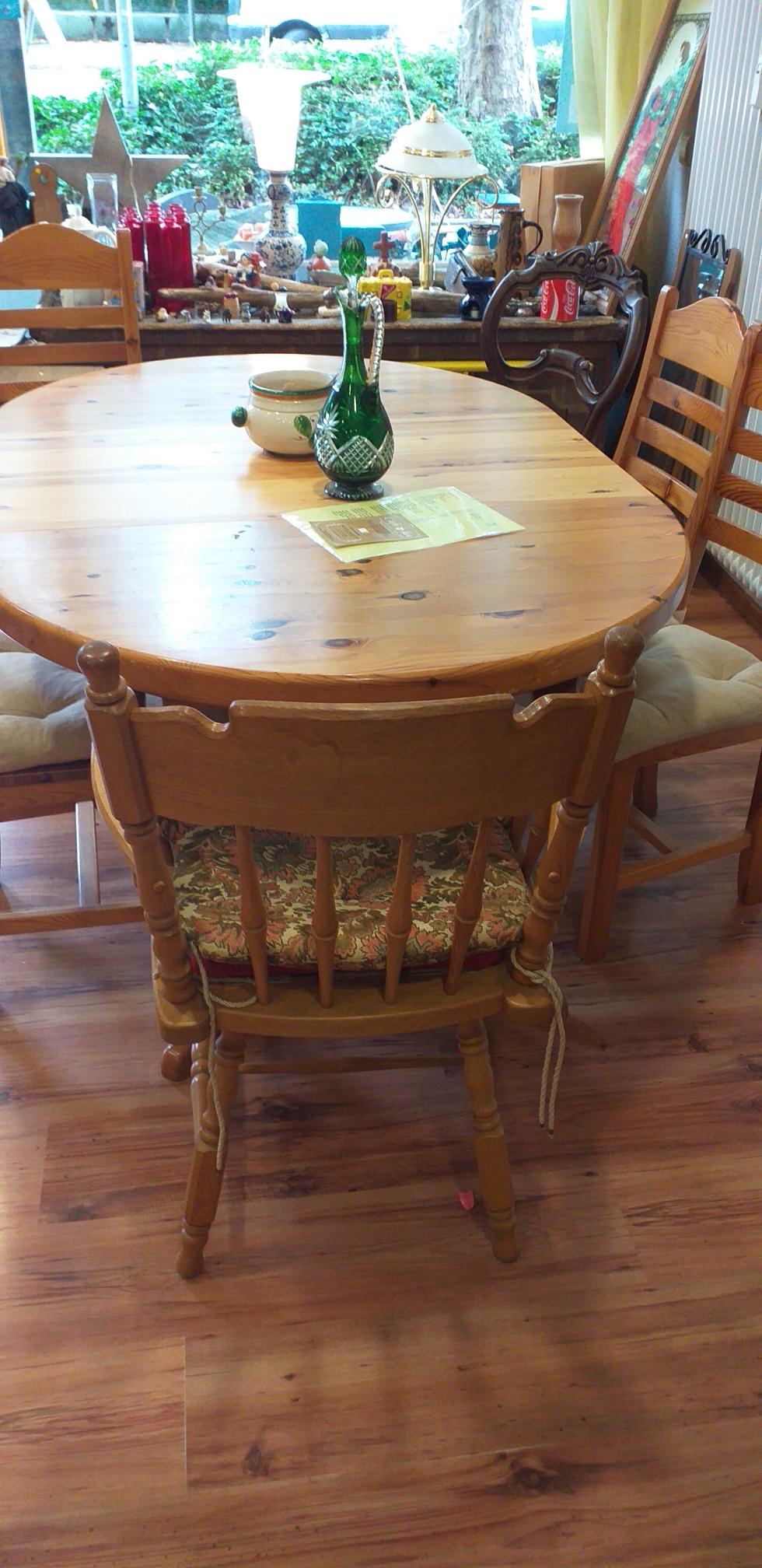 Café Lindau - Café Live in Lindau - Holztisch mit Holzstühlen und Vase lädt zum Kaffeetrinken in Lindau ein