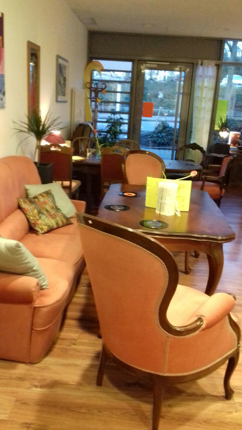 Lindau Café - Café Live in Lindau - Innenansicht des Ladens mit orangen Sitzgelegenheiten, Kaffee trinken in Lindau