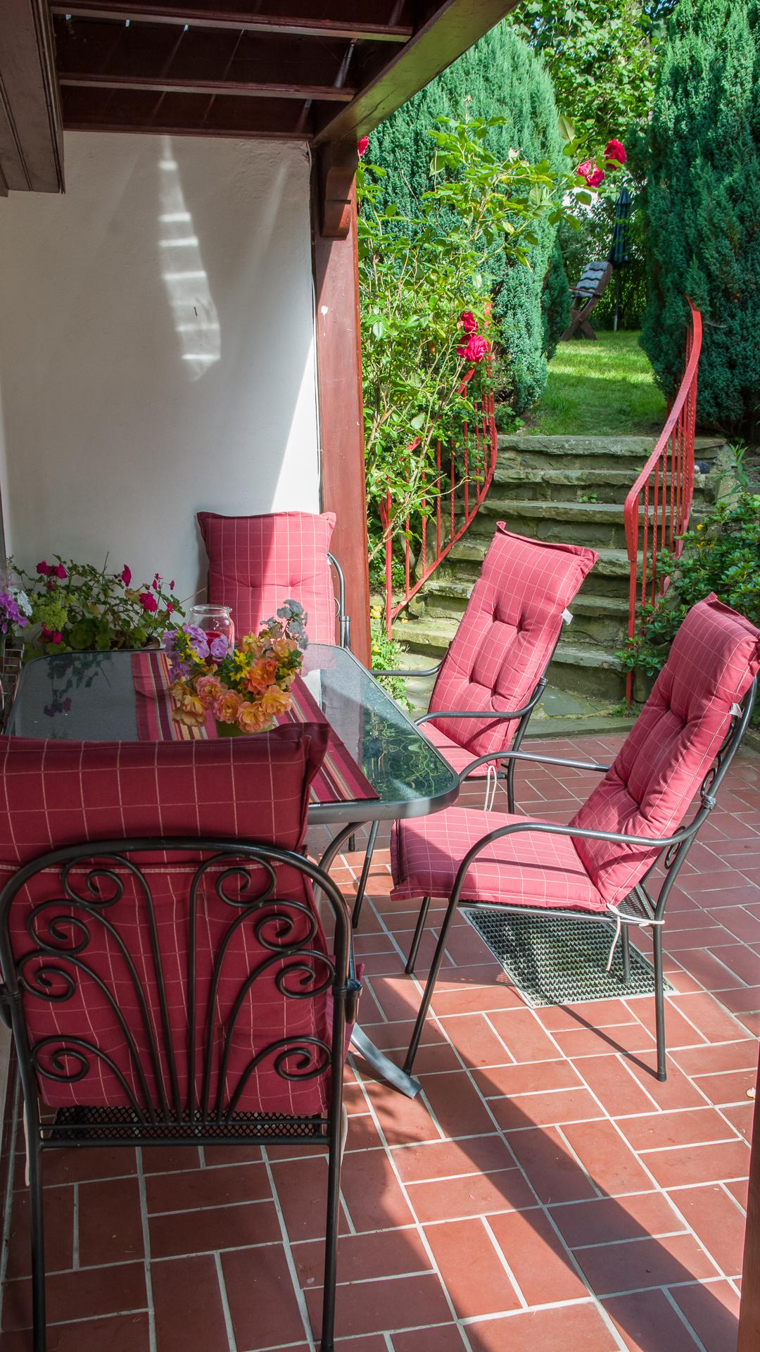 Sonnensitzplatz auf der Terrasse vor den alten Linden