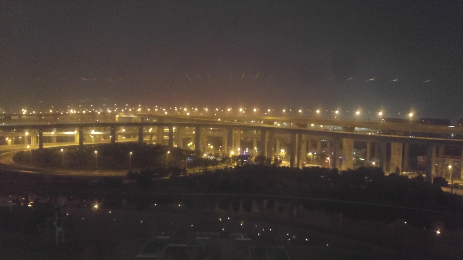 Ausblick aus dem Hotelzimmer: Ein Autobahnkreuz