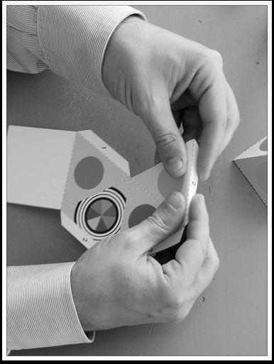 www.presto-tangram.com - Plier la feuille selon la ligne de pliage.