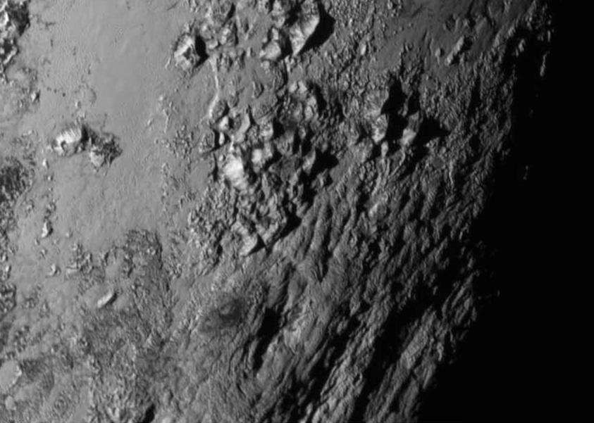 Sur l'équateur de Pluton, des montagnes hautes de 3500 m !