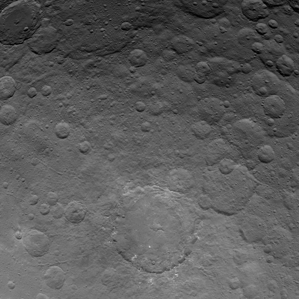 Orbite 36, le cratère Dantu avec lui aussi quelques spots brillants.