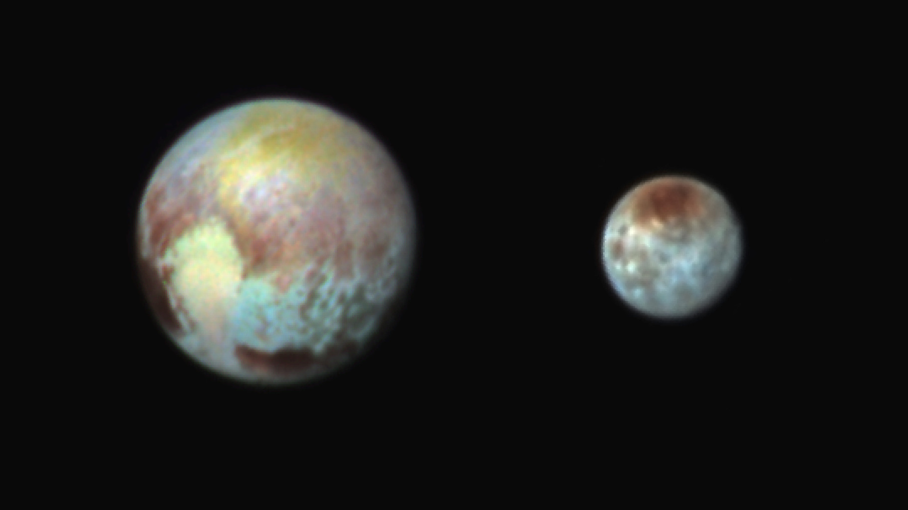 Pluton et Charon en couleurs très exagérées pour mettre encore plus en relief les détails