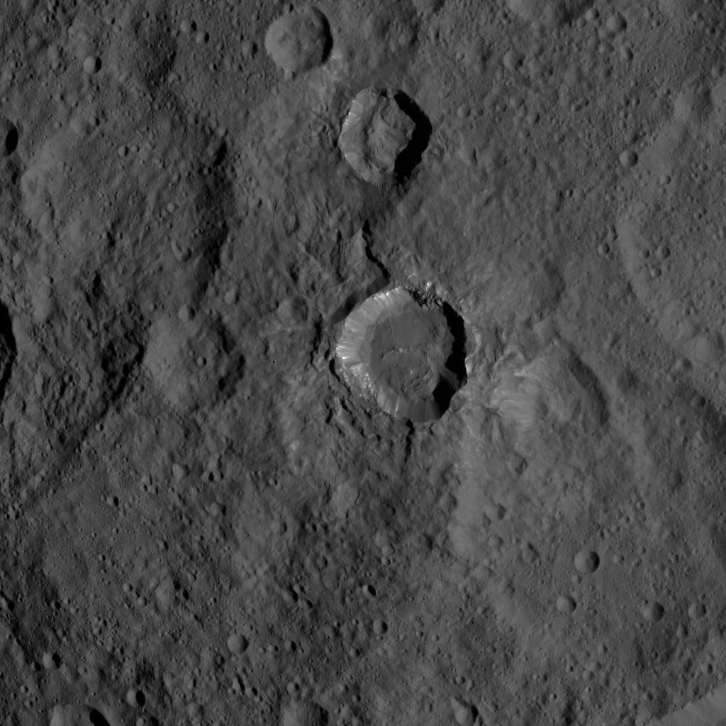 Cratère récent à fond plat de 26 km de diamètre, photographié depuis une altitude de 1470 km