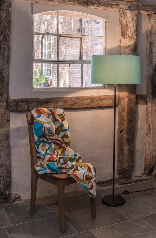 Stehleuchte , Fuß Holz, rund, schwarz lackiert, Schirm mit Baumwollchintz türkis bezogen