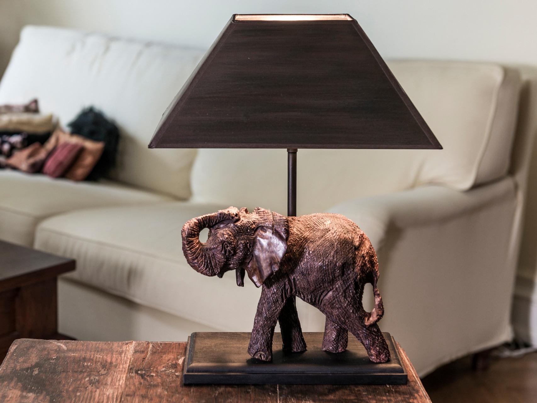 Tischleuchte mit Elefant (handgeschnitzt aus Südafrika), Fuß und Schirm braun patiniert