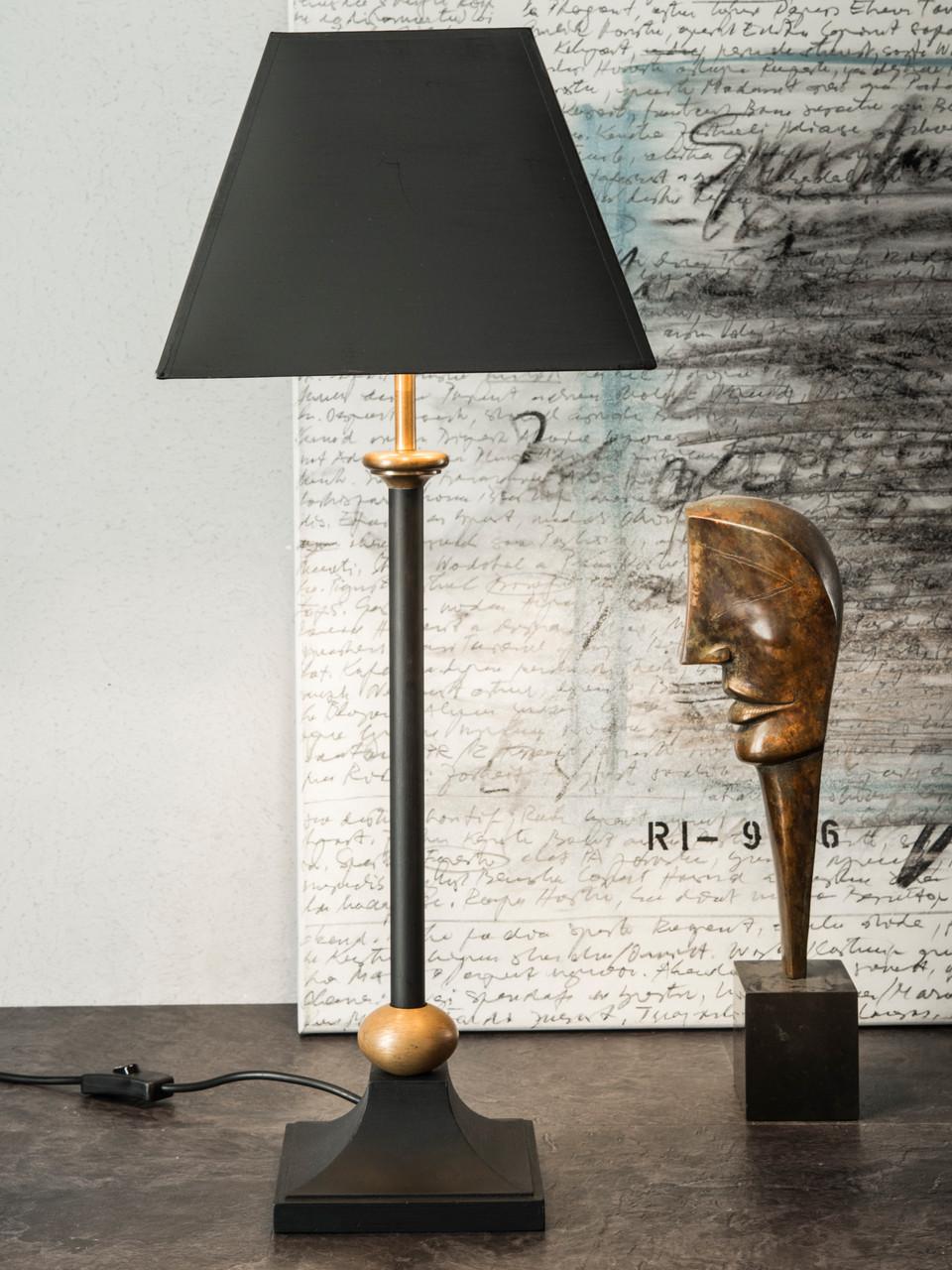 Tischleuchte, Fuß Holz, schwarz lackiert mit Messingelementen, Schirm, schwarz/gold