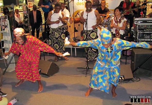 Les Jumeaux de MASAO (Masao Masu) en concert à la Fnac Chatelet les Halles et leurs danseuses Mariam Eliane Coulibaly et Geneviève  .Photo de jean pierre ESSO