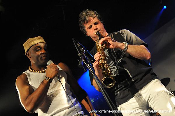 Les Jumeaux de MASAO (Masao Masu) et le saxophoniste Phillipe Gonnand. Photo : Jean-Luc Karcher