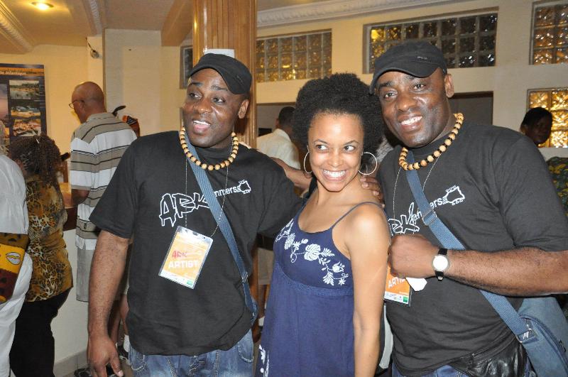 Les Jumeaux de MASAO (Masao Masu) en compagnie de Gina Paige, présidente de l'institut African Ancestry . Photo : Claude Badaha