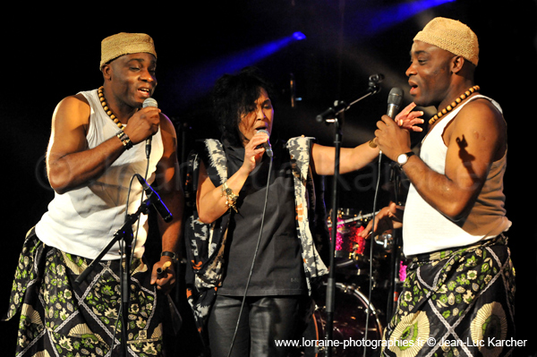 La chanteuse Sha Rakotofiringa & Les Jumeaux de MASAO (Masao Masu) en concert.  Photo : Jean-Luc Karcher