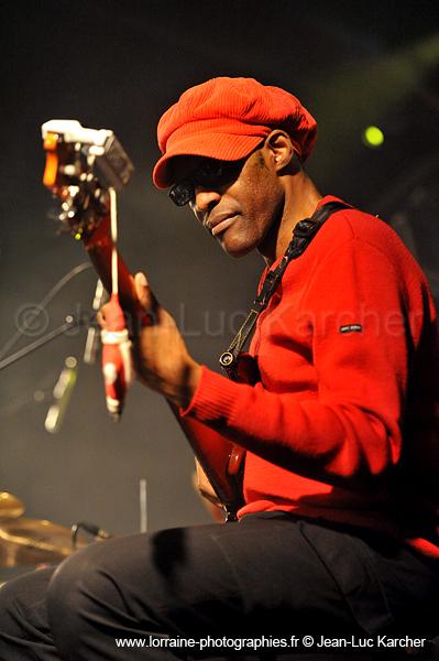 The bass player of cameroon Noël Ekwabi with Les Jumeaux de MASAO (Masao Masu) Live in Villeneuve le roi.  Photo : Jean-Luc Karcher